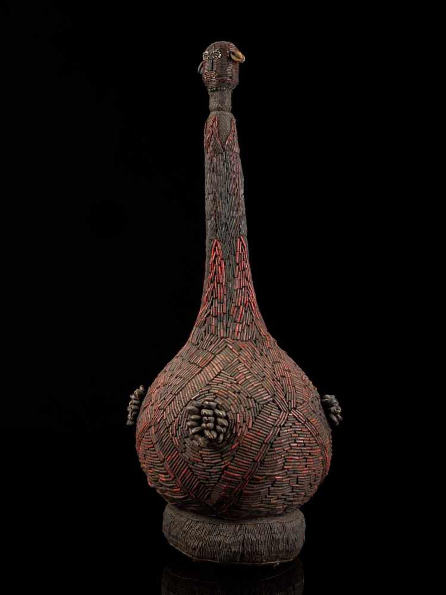 Beaded Palm Wine Vessel Topped With Human Figure - Tribal ArtThis impressive beaded wine vessel is - Bild 2 aus 8