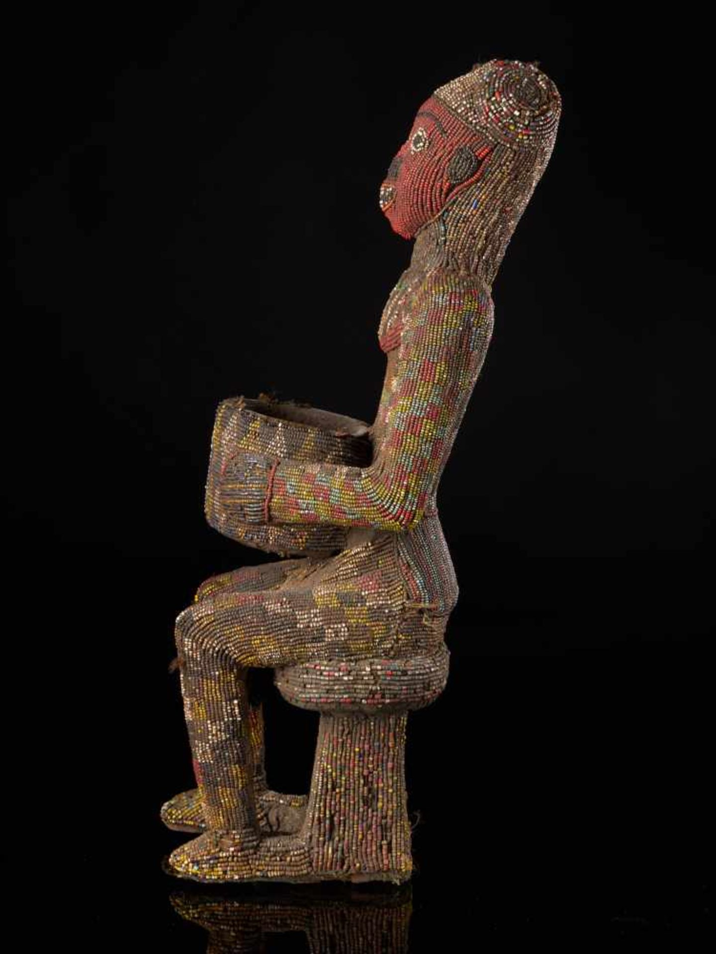 Beaded Figure Of Cupholder - Tribal ArtA beaded figure of a man sitting on a stool, holding a cup. - Bild 2 aus 6