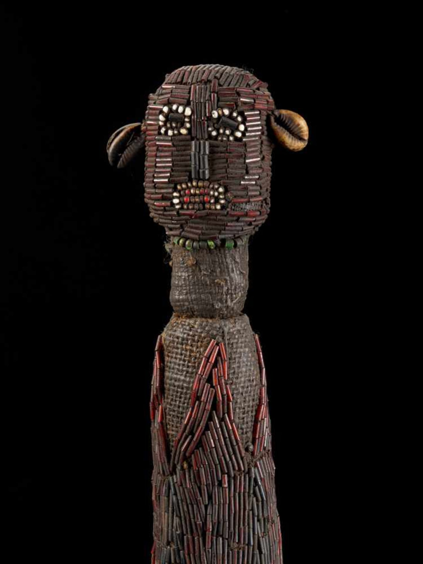 Beaded Palm Wine Vessel Topped With Human Figure - Tribal ArtThis impressive beaded wine vessel is - Bild 8 aus 8