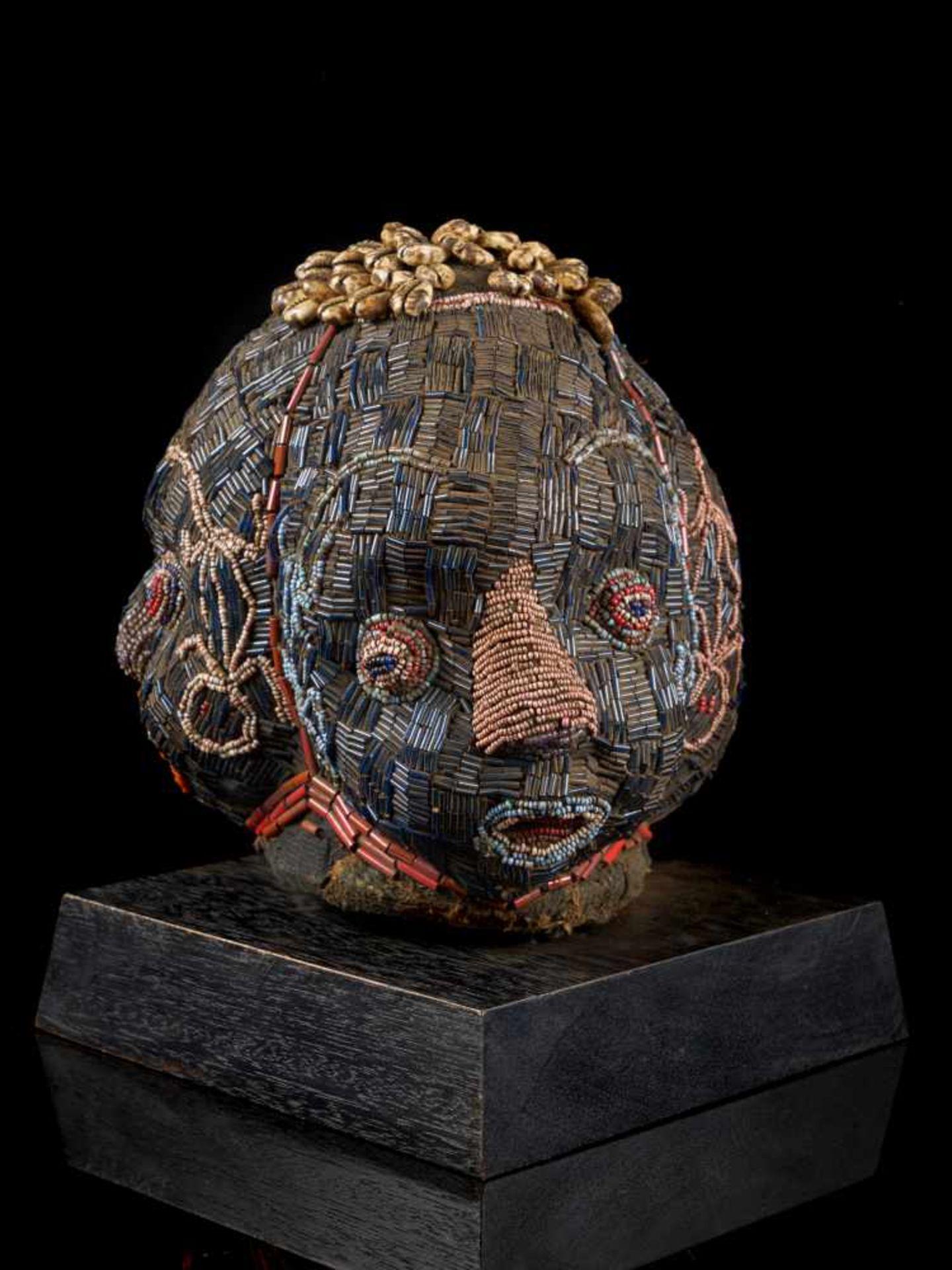 Beaded Triple Head Sculpture Covered With Kauris - Tribal ArtThis beautiful triple-faced head - Bild 3 aus 10