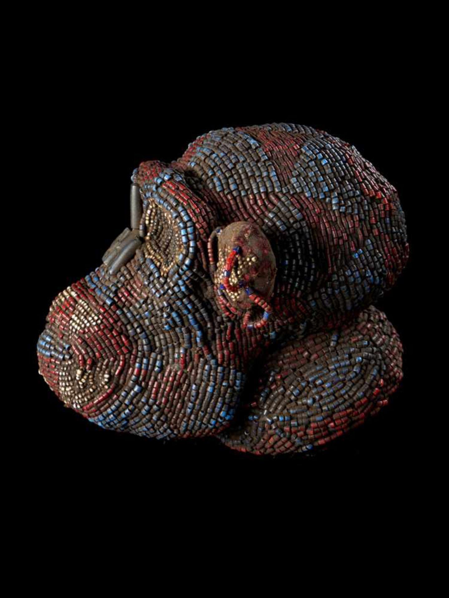 Beaded Monkey Head - Tribal ArtThis beaded monkey head has a striking realistic shape. It is - Bild 3 aus 4