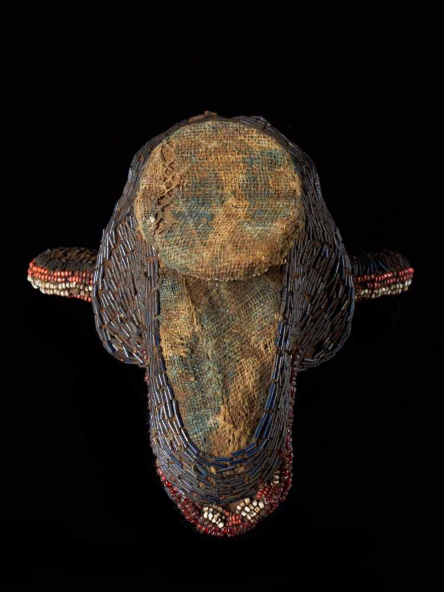 Beaded Monkey Head - Tribal ArtThis beaded monkey head has a striking gaunt appearance. It is - Bild 5 aus 5