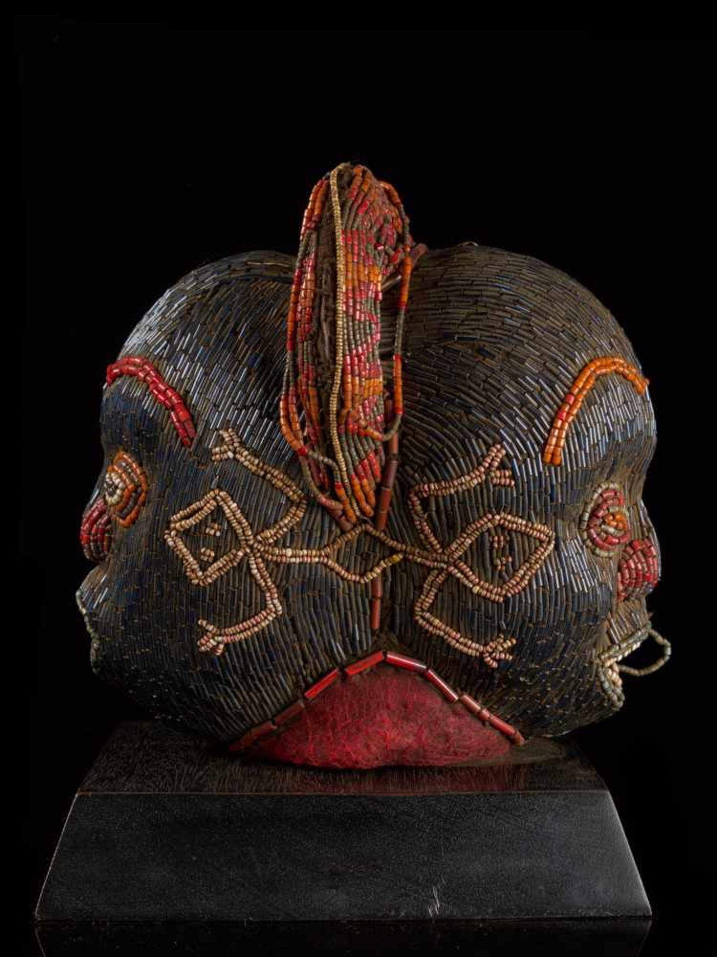 Beaded Janus Head Sculpture With Headdress - Tribal ArtThis beautiful two-faced head sculpture is - Bild 2 aus 6