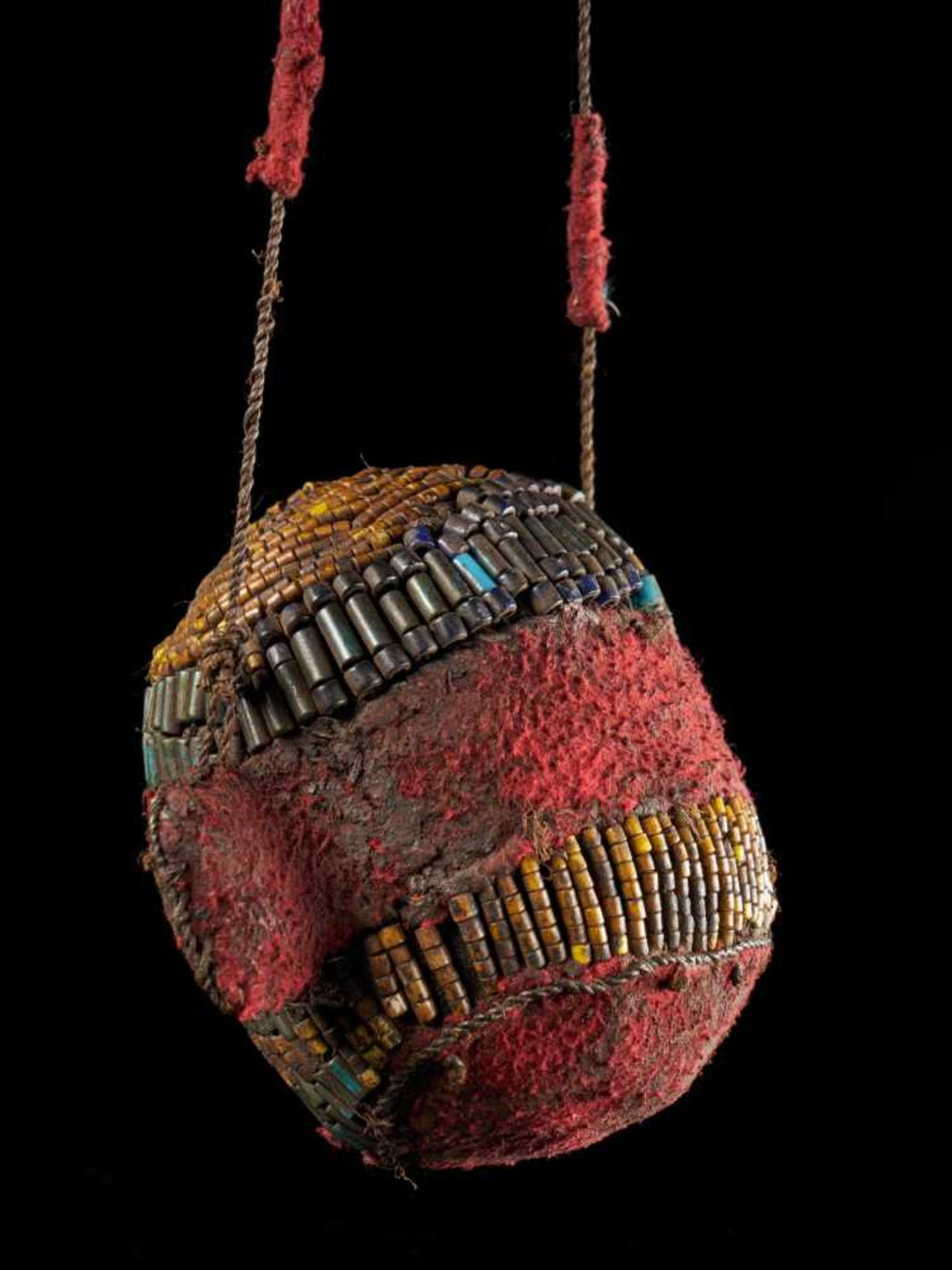 Beaded Ceremonial Trophy Head - Tribal ArtFashioned from wood, red cloth and blue and yellow glass - Bild 3 aus 4