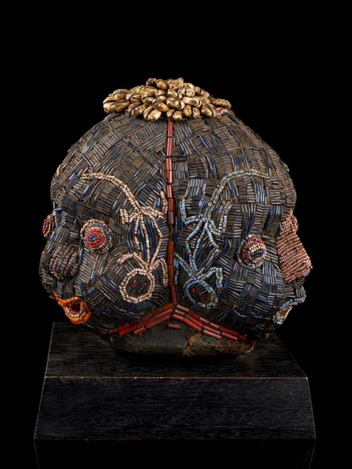 Beaded Triple Head Sculpture Covered With Kauris - Tribal ArtThis beautiful triple-faced head - Bild 2 aus 10