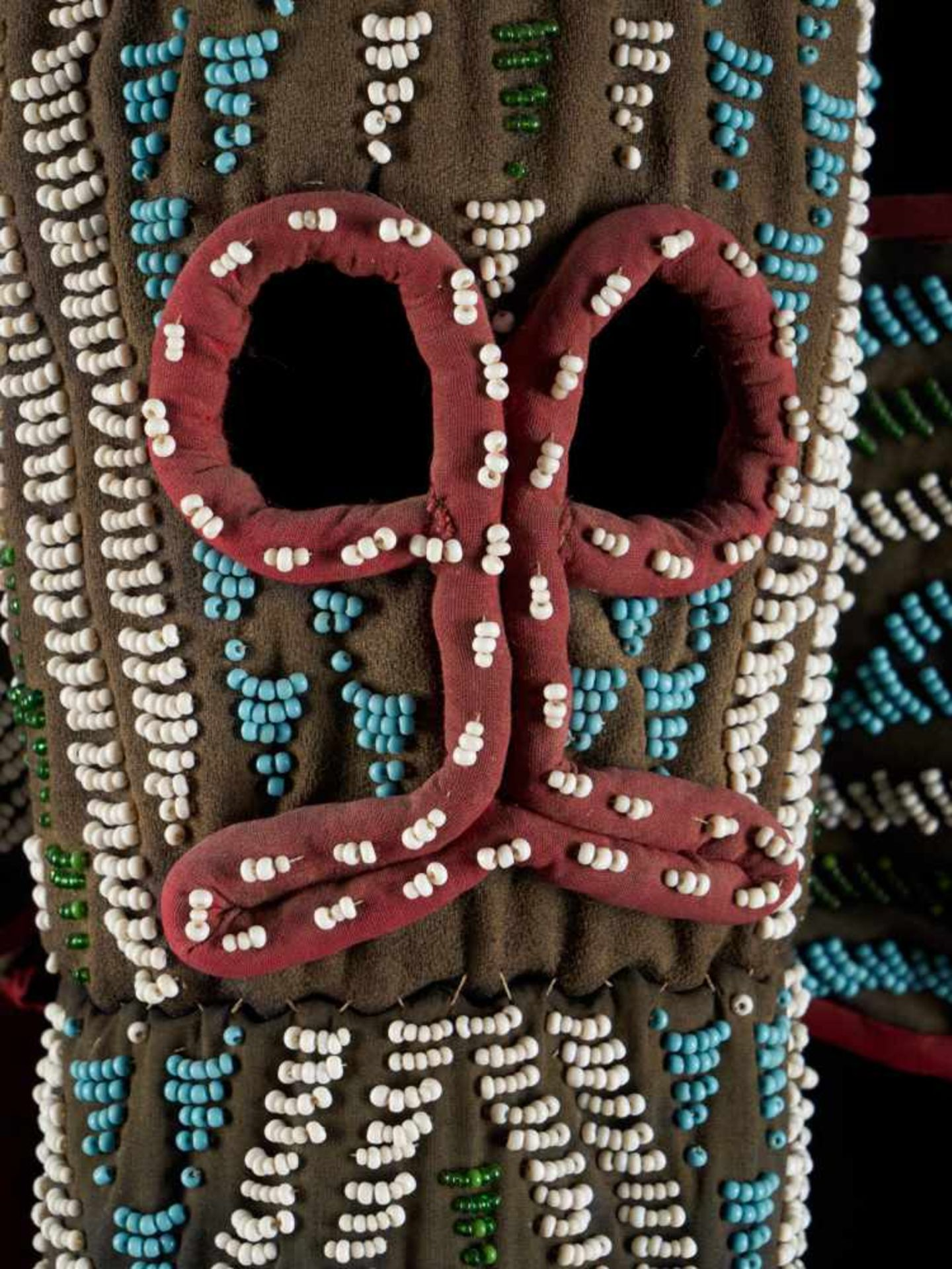 Beaded Kuosi Elephant Mask Topped With Leopard Figure - Tribal ArtThis elephant mask is - Bild 14 aus 15