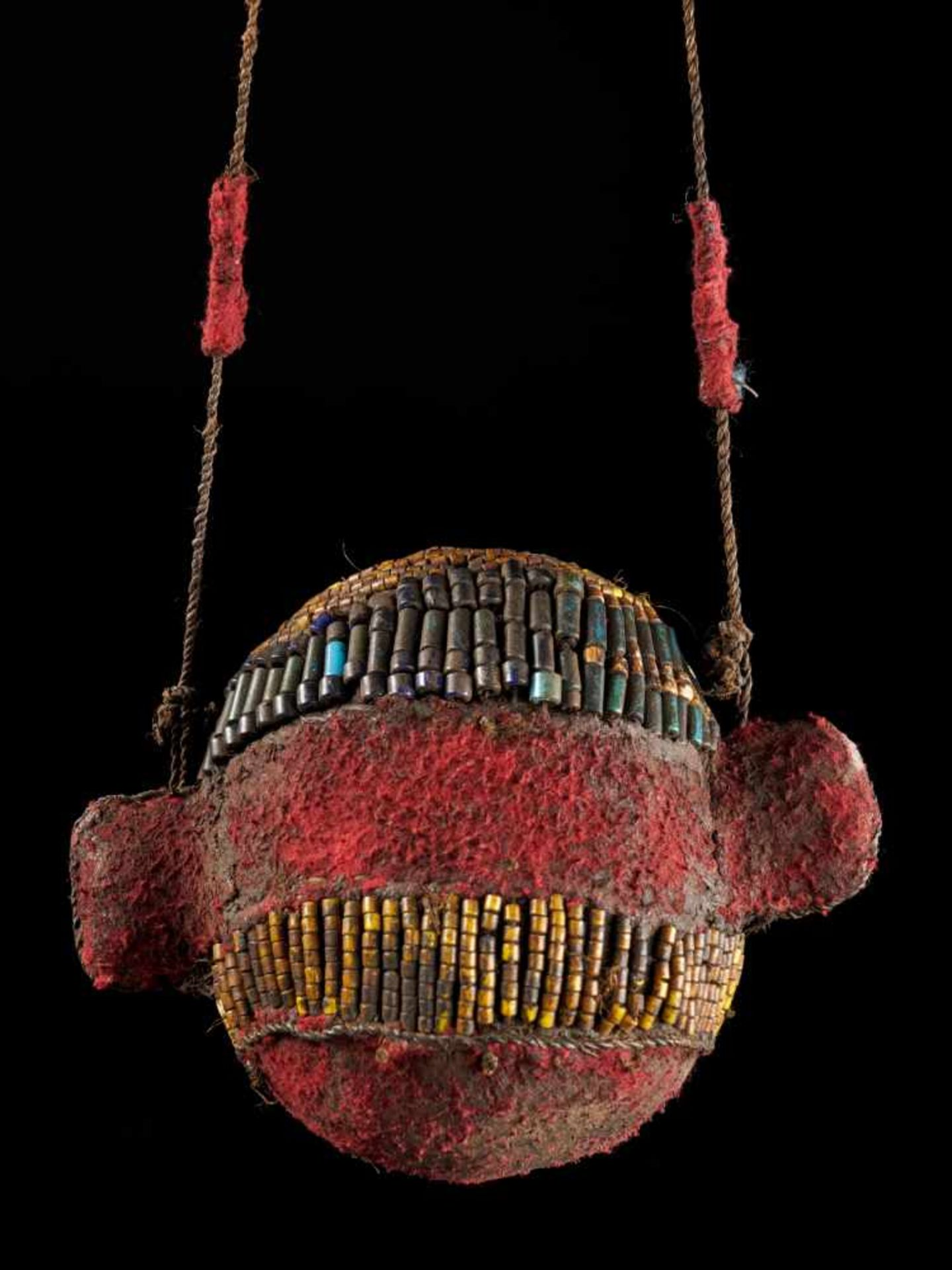 Beaded Ceremonial Trophy Head - Tribal ArtFashioned from wood, red cloth and blue and yellow glass - Bild 2 aus 4