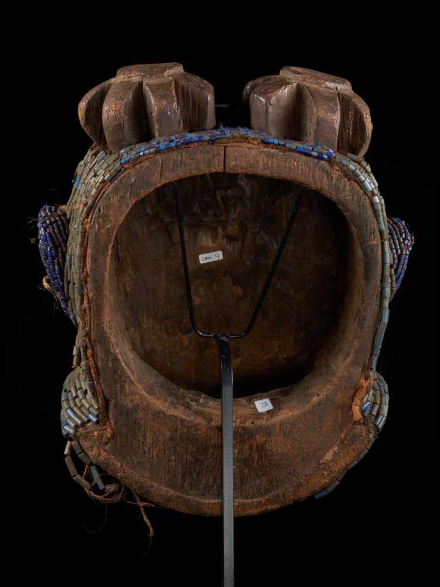 Beaded Gorilla Mask With Wooden Headdress - Tribal ArtA beautiful gorilla mask fashioned from wood - Bild 3 aus 7