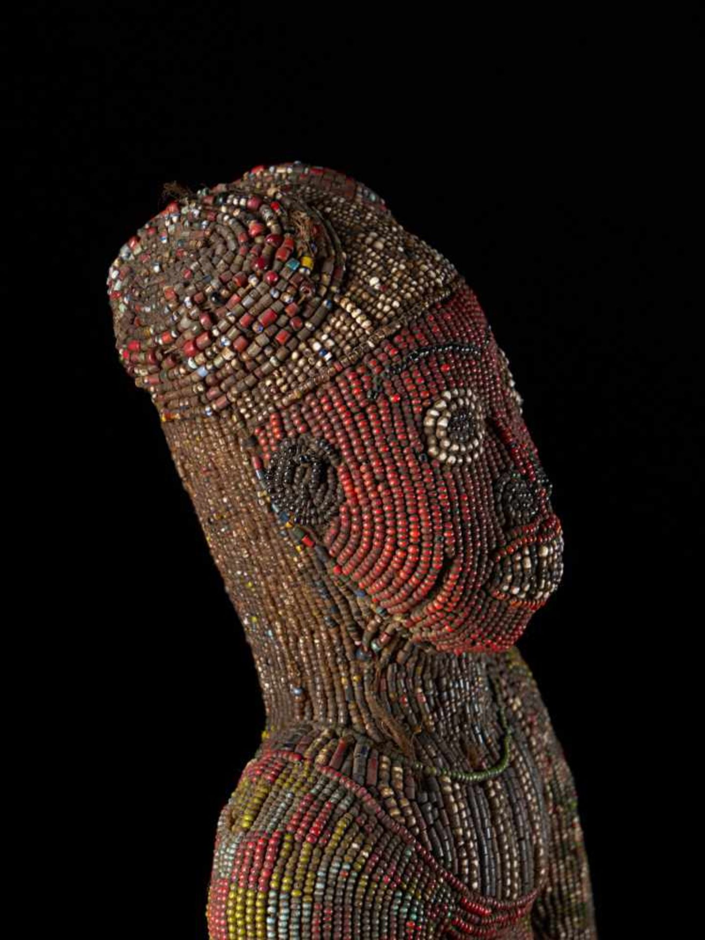 Beaded Figure Of Cupholder - Tribal ArtA beaded figure of a man sitting on a stool, holding a cup. - Bild 6 aus 6