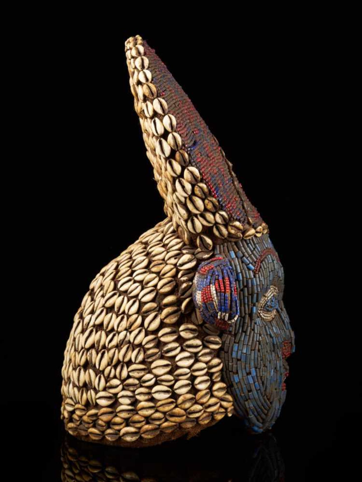 Beaded Red And Blue Helmet Mask And Kauris Decorated Back - Tribal ArtThis striking piece is - Bild 5 aus 5