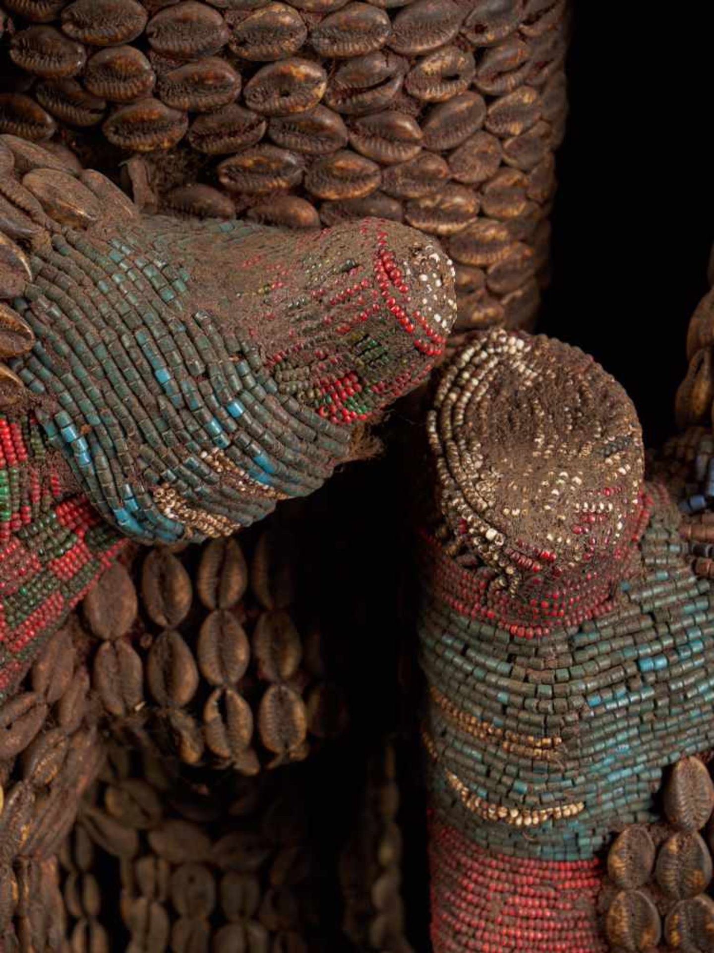 Beaded Royal Figure Holding Wine Vessel - Tribal ArtThis exquisite beaded figure of a man holding - Bild 8 aus 8
