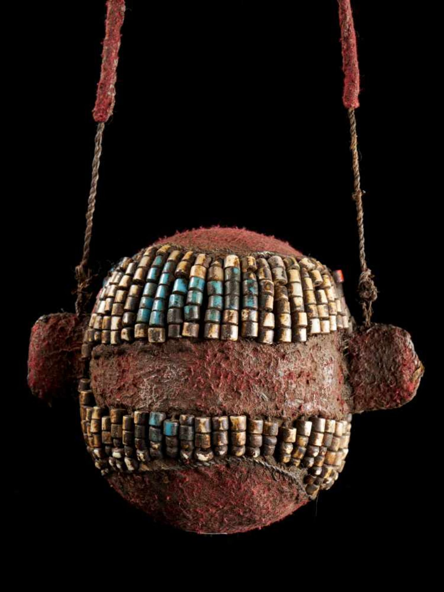 Beaded Ceremonial Trophy Head - Tribal ArtFashioned from wood, cloth and red, white and blue glass - Bild 3 aus 4