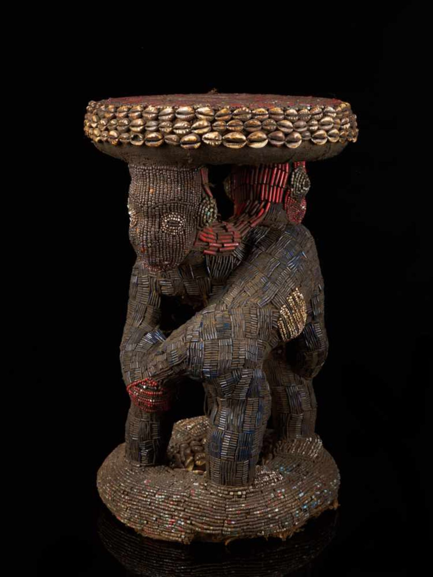 Beaded Royal Stool Supported By Two Figures - Tribal ArtThis exquisite stool has a round base and - Bild 4 aus 5