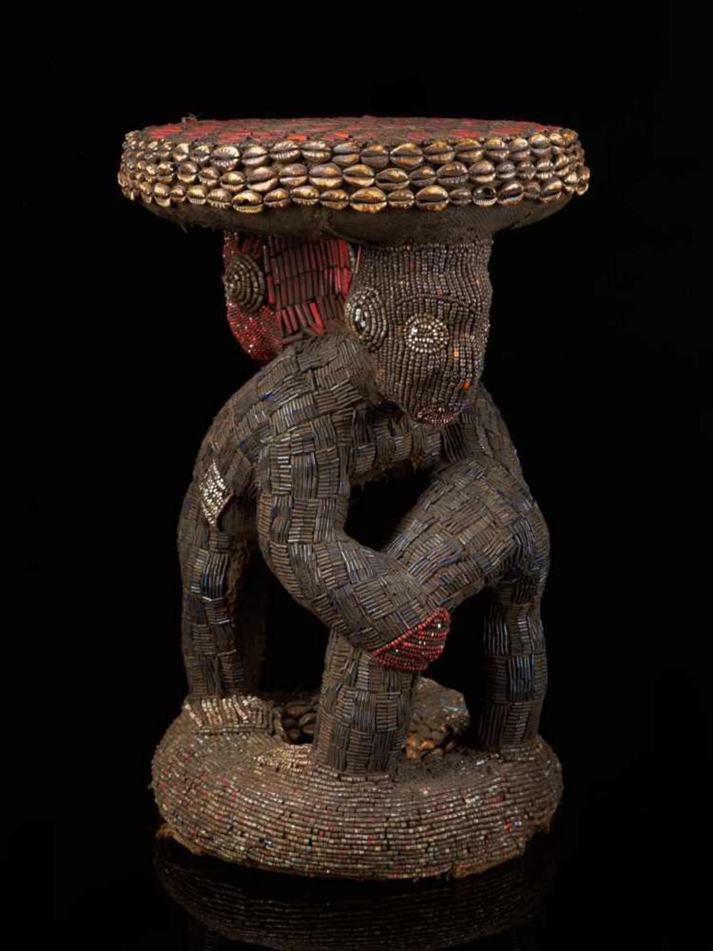 Beaded Royal Stool Supported By Two Figures - Tribal ArtThis exquisite stool has a round base and - Bild 3 aus 5