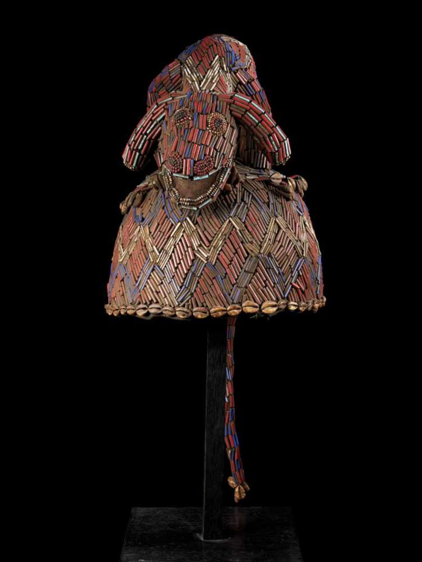 Beaded Blue Headdress With Kauris Finish - Tribal ArtThis impressive headdress is delightfully - Bild 2 aus 5