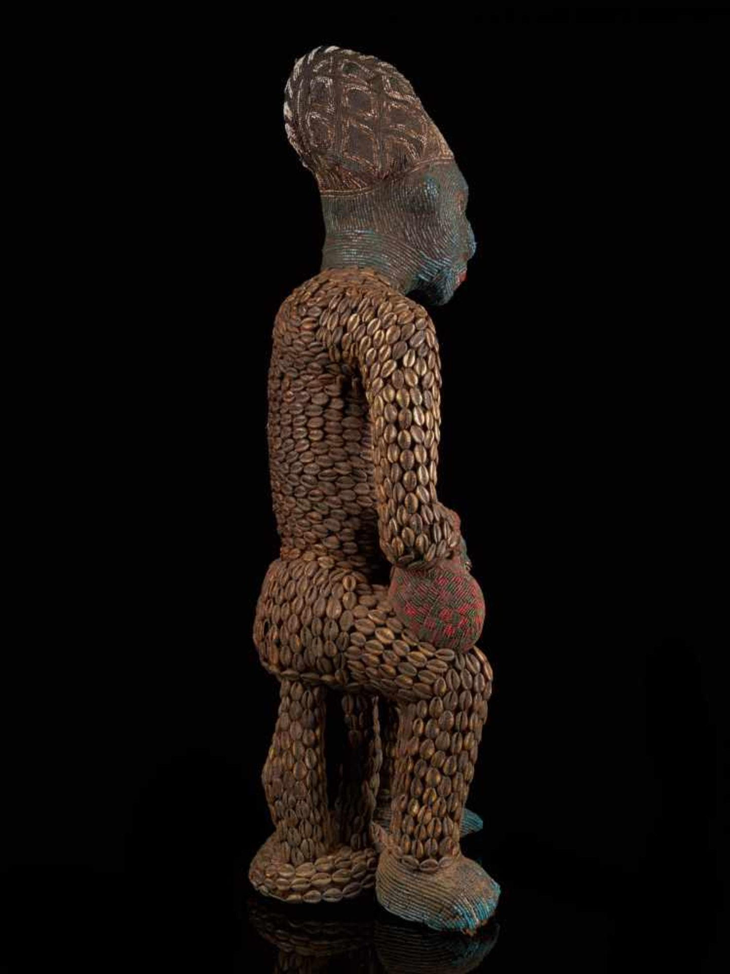 Beaded Royal Figure Holding Wine Vessel - Tribal ArtThis exquisite beaded figure of a man holding - Bild 4 aus 8