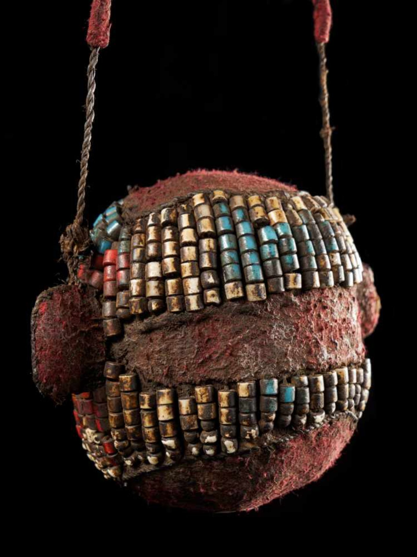 Beaded Ceremonial Trophy Head - Tribal ArtFashioned from wood, cloth and red, white and blue glass - Bild 4 aus 4
