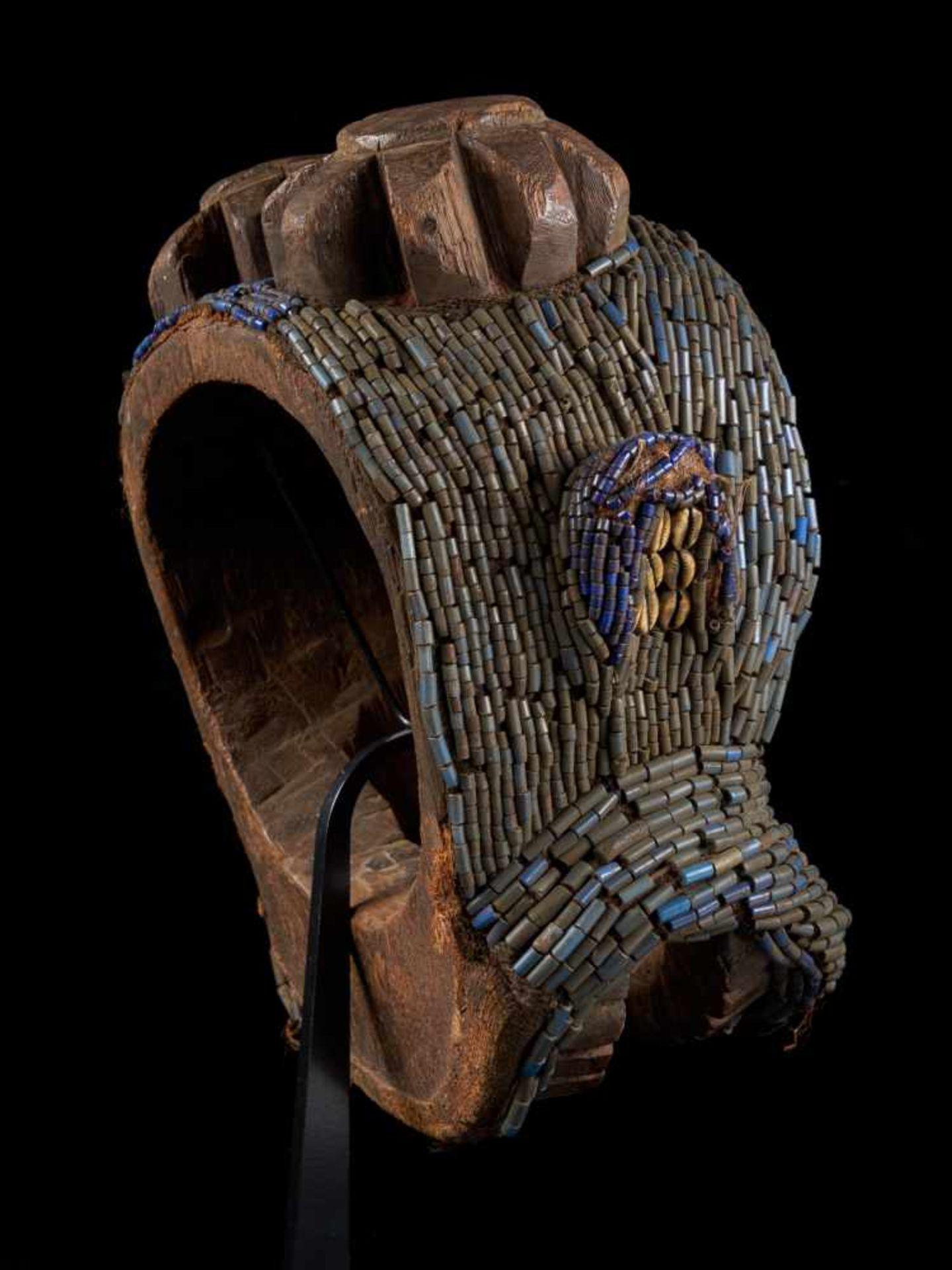Beaded Gorilla Mask With Wooden Headdress - Tribal ArtA beautiful gorilla mask fashioned from wood - Bild 4 aus 7