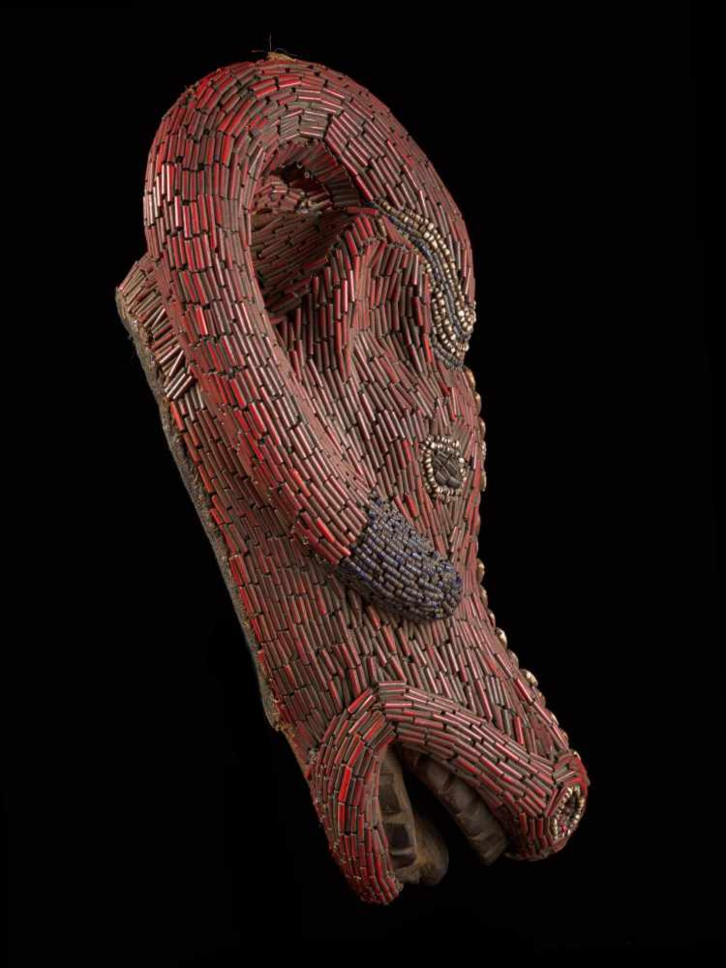 Beaded Red Buffalo Dancing Group Mask - Tribal ArtA gorgeous red buffalo mask. The wooden mask is - Bild 4 aus 6