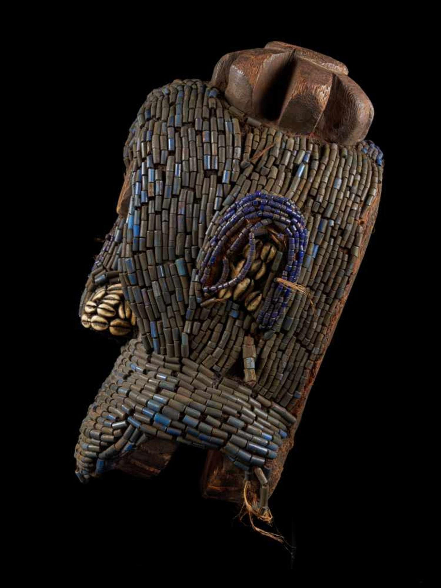 Beaded Gorilla Mask With Wooden Headdress - Tribal ArtA beautiful gorilla mask fashioned from wood - Bild 2 aus 7