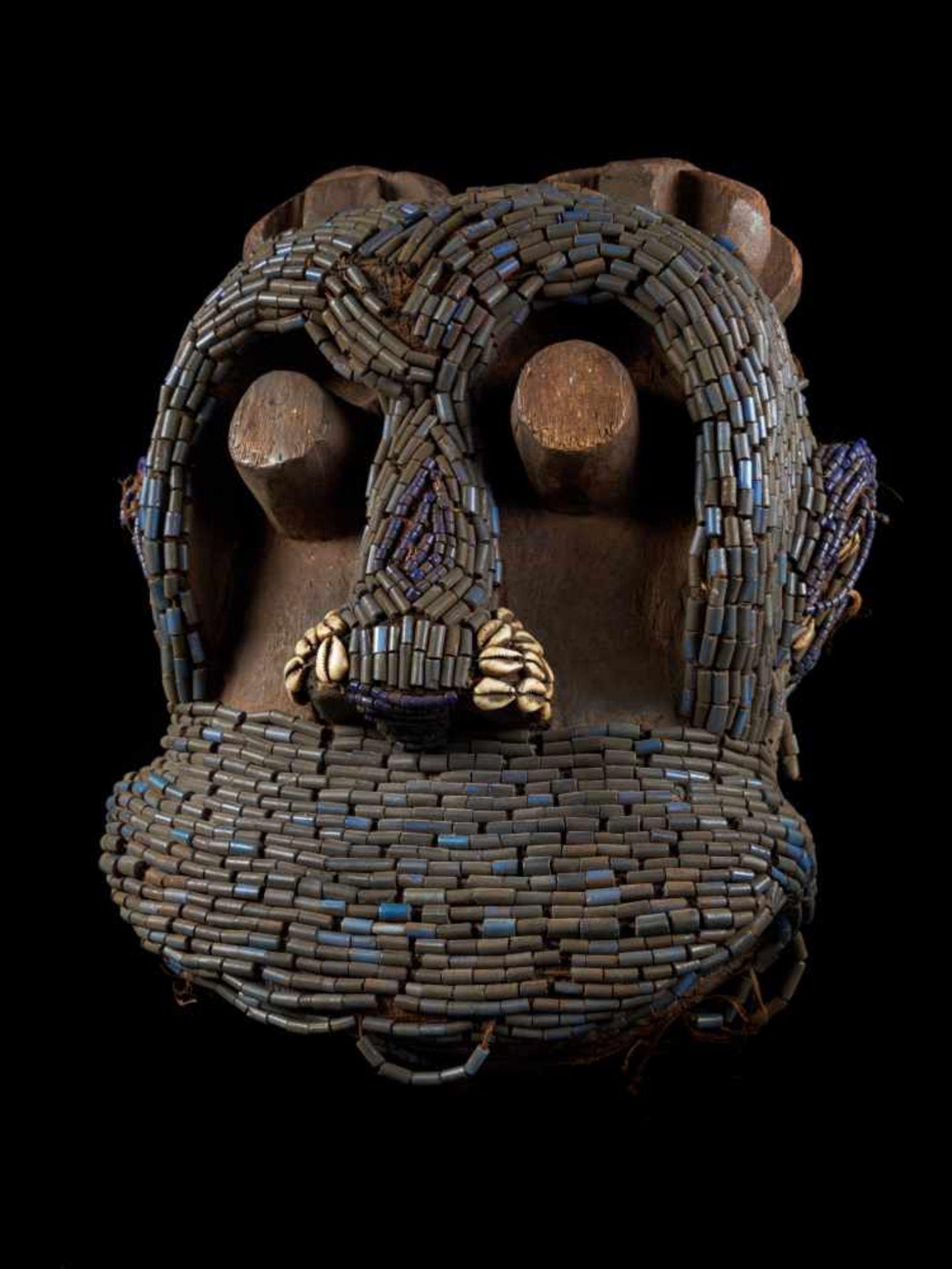 Beaded Gorilla Mask With Wooden Headdress - Tribal ArtA beautiful gorilla mask fashioned from wood - Bild 6 aus 7
