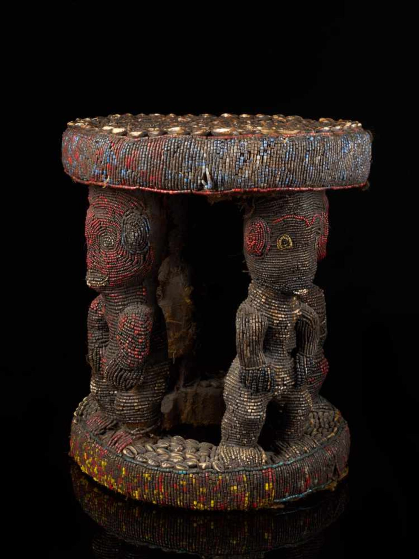 Beaded Royal Stool Supported By Four Figures - Tribal ArtThis stunning stool has a round base and - Bild 5 aus 7