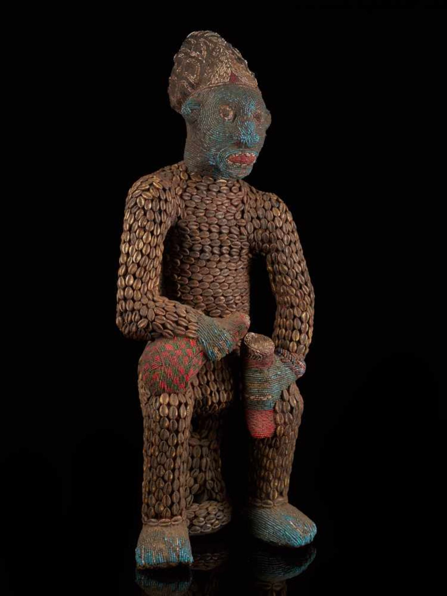 Beaded Royal Figure Holding Wine Vessel - Tribal ArtThis exquisite beaded figure of a man holding - Bild 5 aus 8