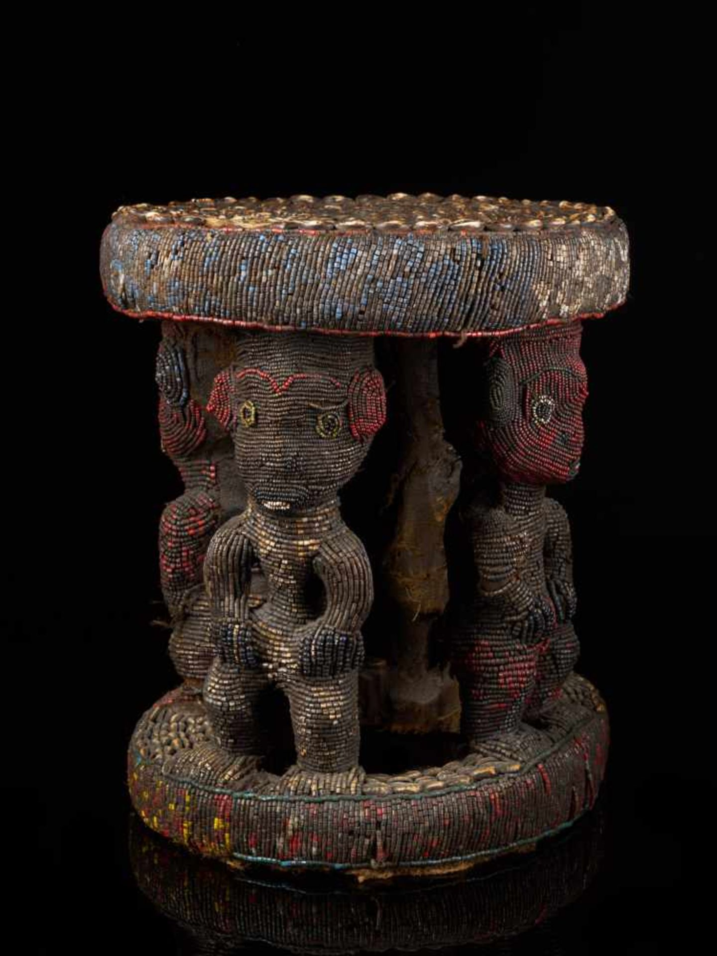 Beaded Royal Stool Supported By Four Figures - Tribal ArtThis stunning stool has a round base and - Bild 6 aus 7