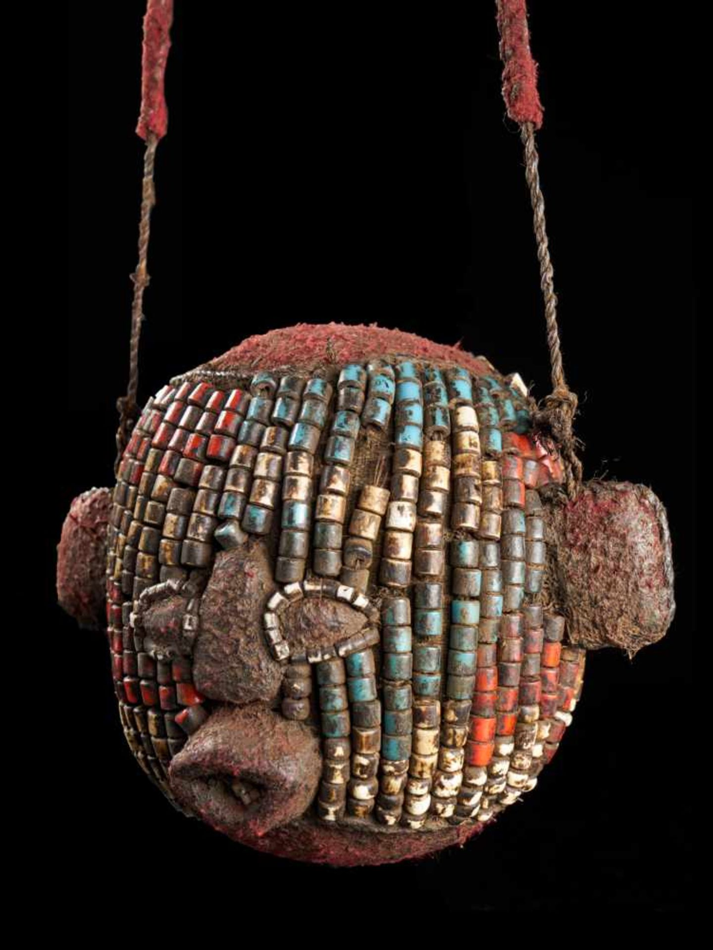 Beaded Ceremonial Trophy Head - Tribal ArtFashioned from wood, cloth and red, white and blue glass - Bild 2 aus 4