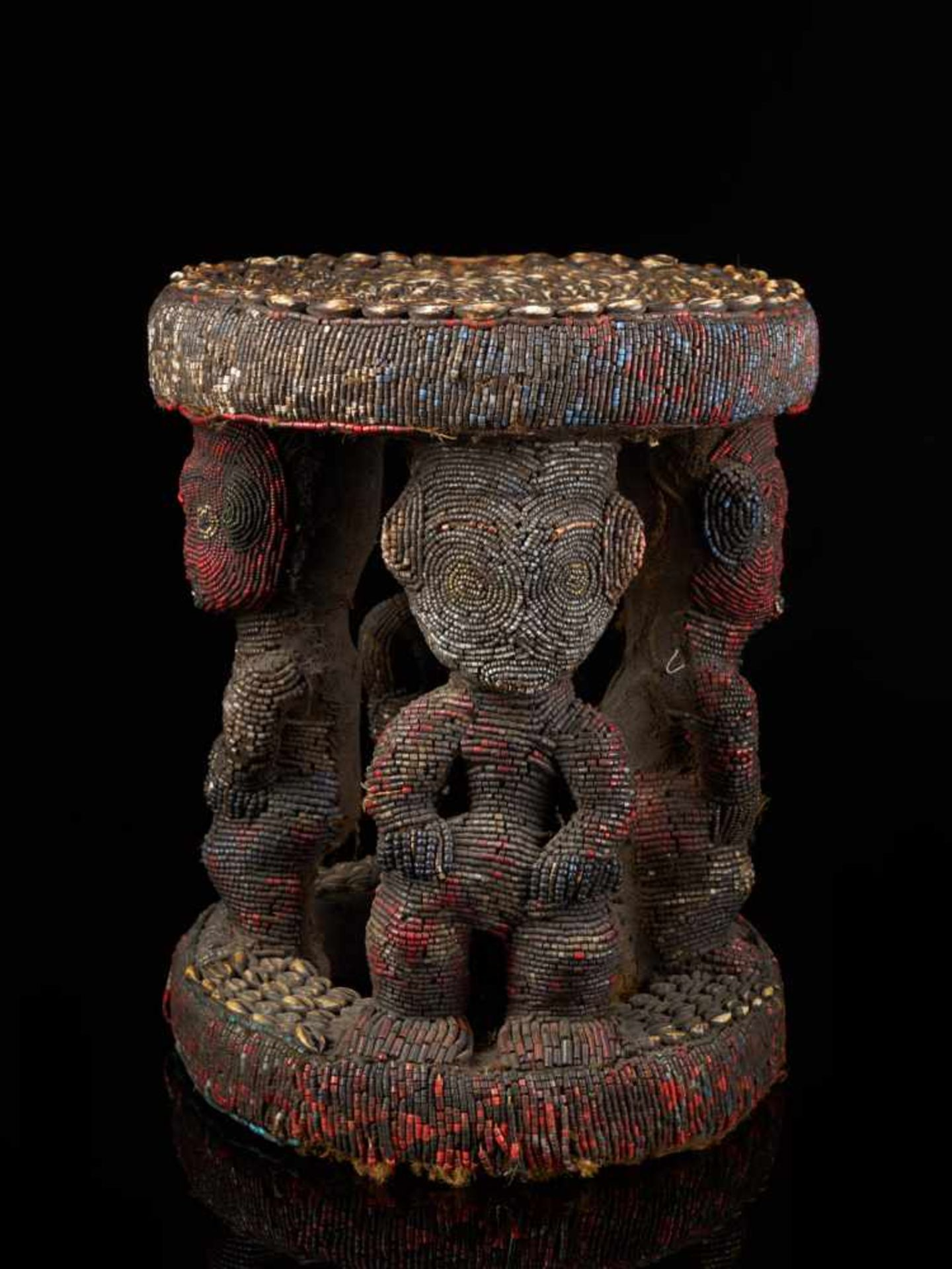 Beaded Royal Stool Supported By Four Figures - Tribal ArtThis stunning stool has a round base and - Bild 2 aus 7