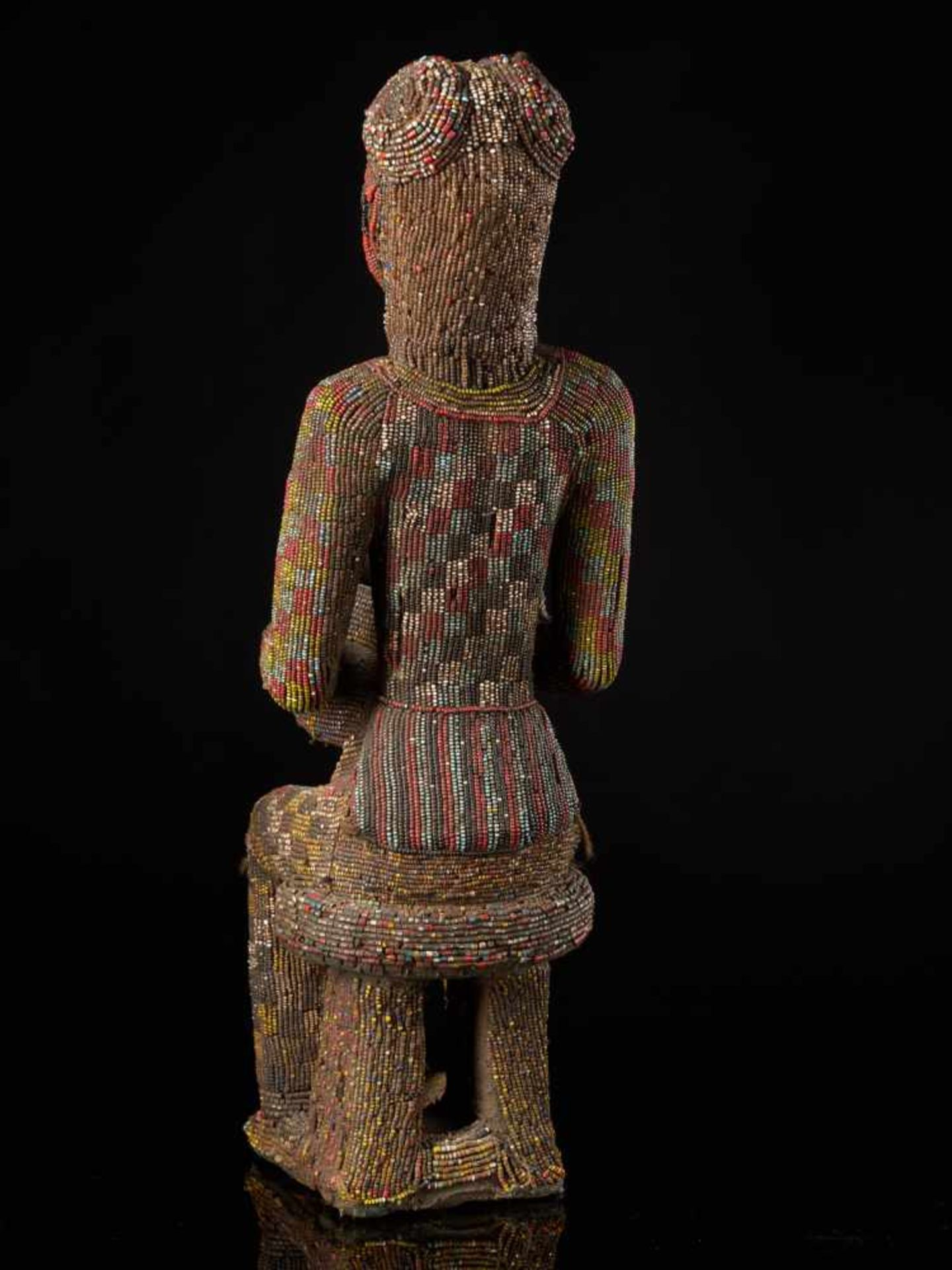 Beaded Figure Of Cupholder - Tribal ArtA beaded figure of a man sitting on a stool, holding a cup. - Bild 3 aus 6