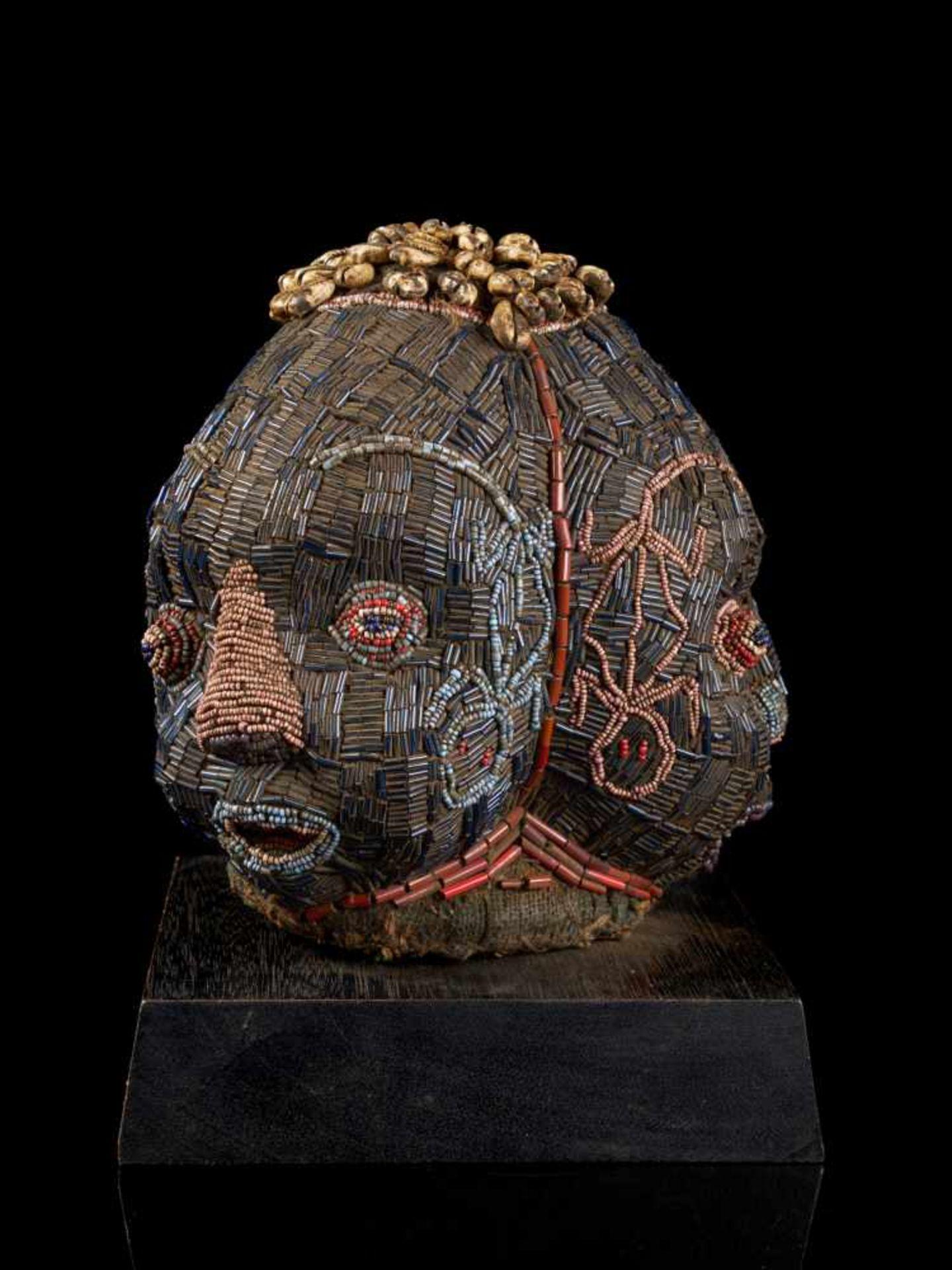 Beaded Triple Head Sculpture Covered With Kauris - Tribal ArtThis beautiful triple-faced head - Bild 4 aus 10