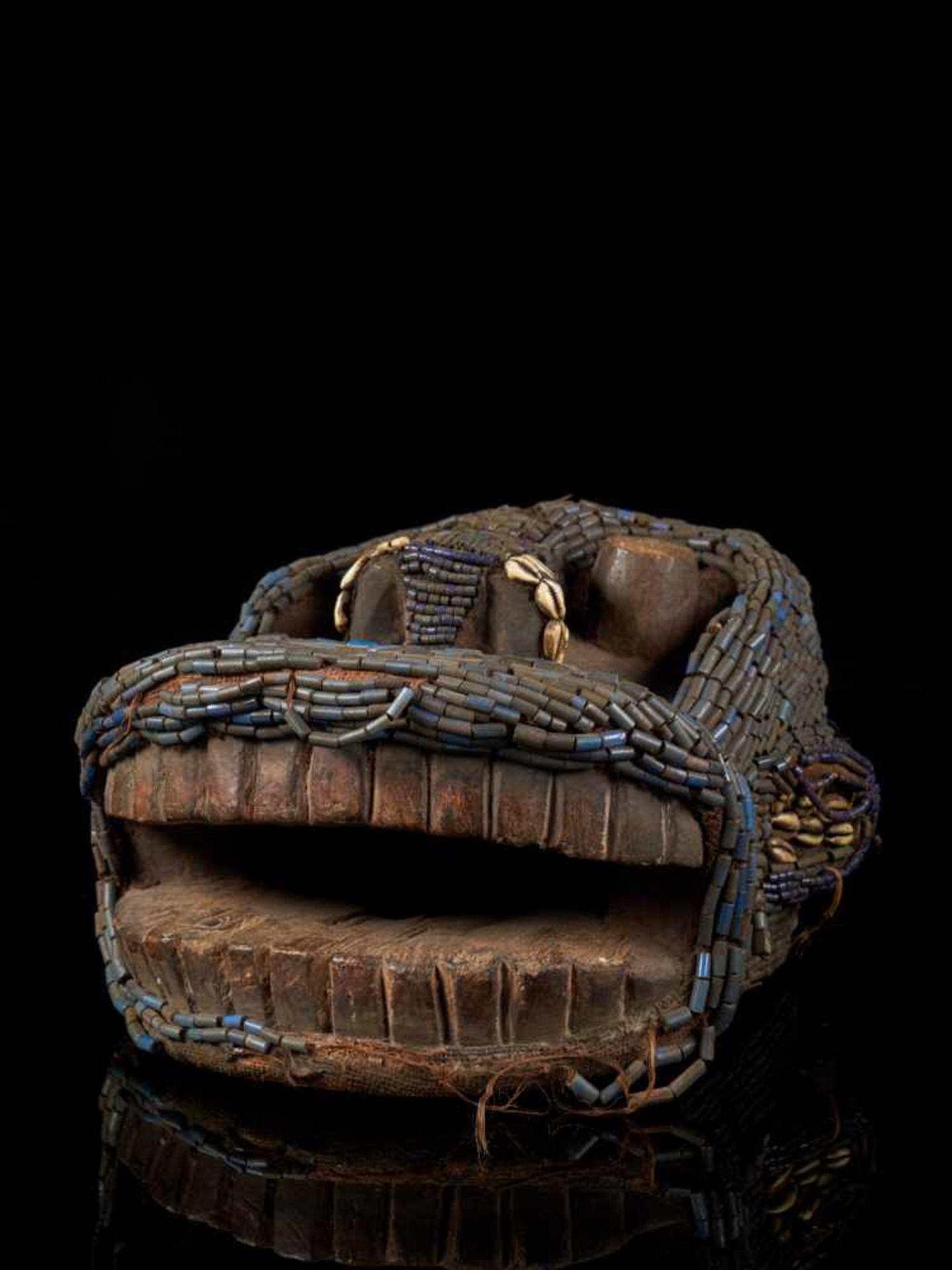 Beaded Gorilla Mask With Wooden Headdress - Tribal ArtA beautiful gorilla mask fashioned from wood - Bild 7 aus 7
