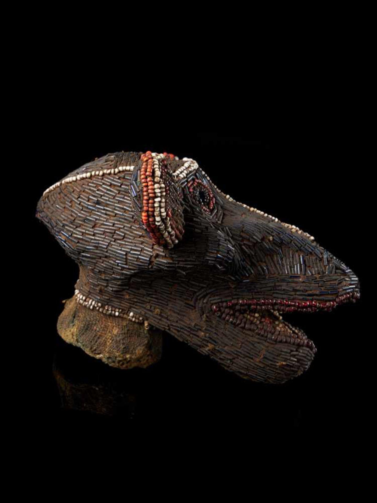 Beaded Monkey Head - Tribal ArtThis beaded monkey head has a striking gaunt appearance. It is - Bild 3 aus 5