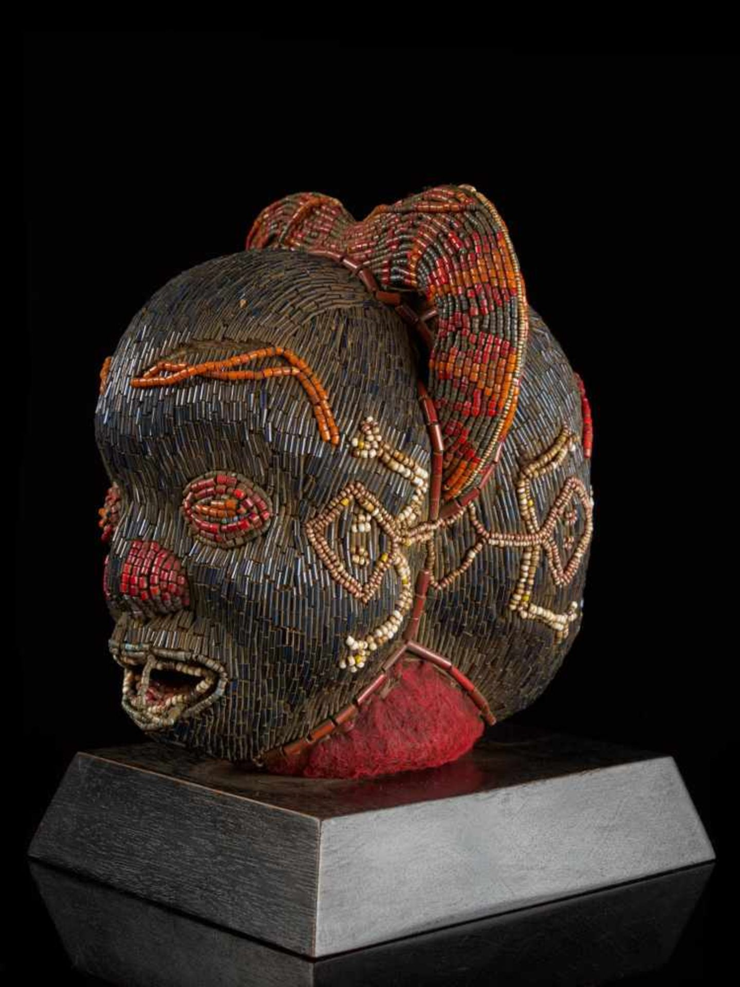 Beaded Janus Head Sculpture With Headdress - Tribal ArtThis beautiful two-faced head sculpture is - Bild 3 aus 6