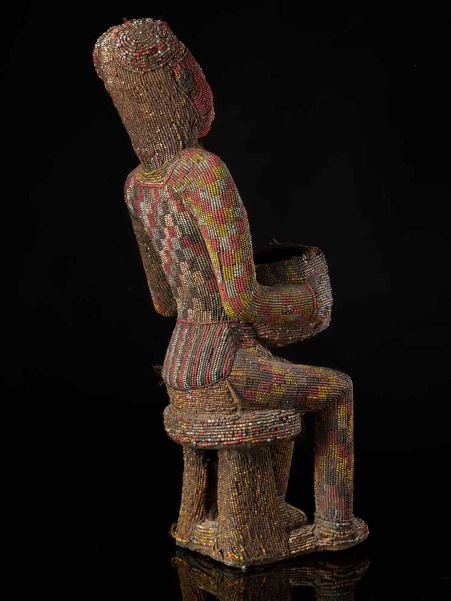 Beaded Figure Of Cupholder - Tribal ArtA beaded figure of a man sitting on a stool, holding a cup. - Bild 4 aus 6