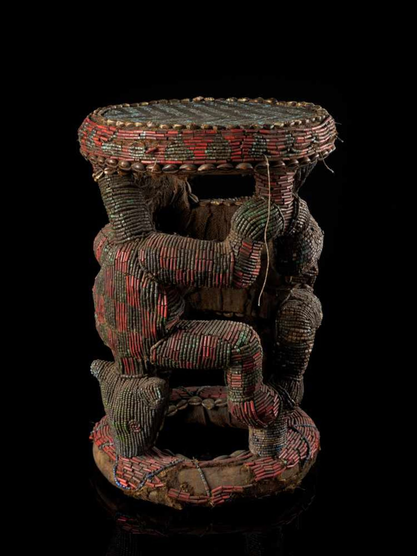 Beaded Royal Stool Supported By Two Leopards - Tribal ArtThis stunning stool has a round base and - Bild 5 aus 5