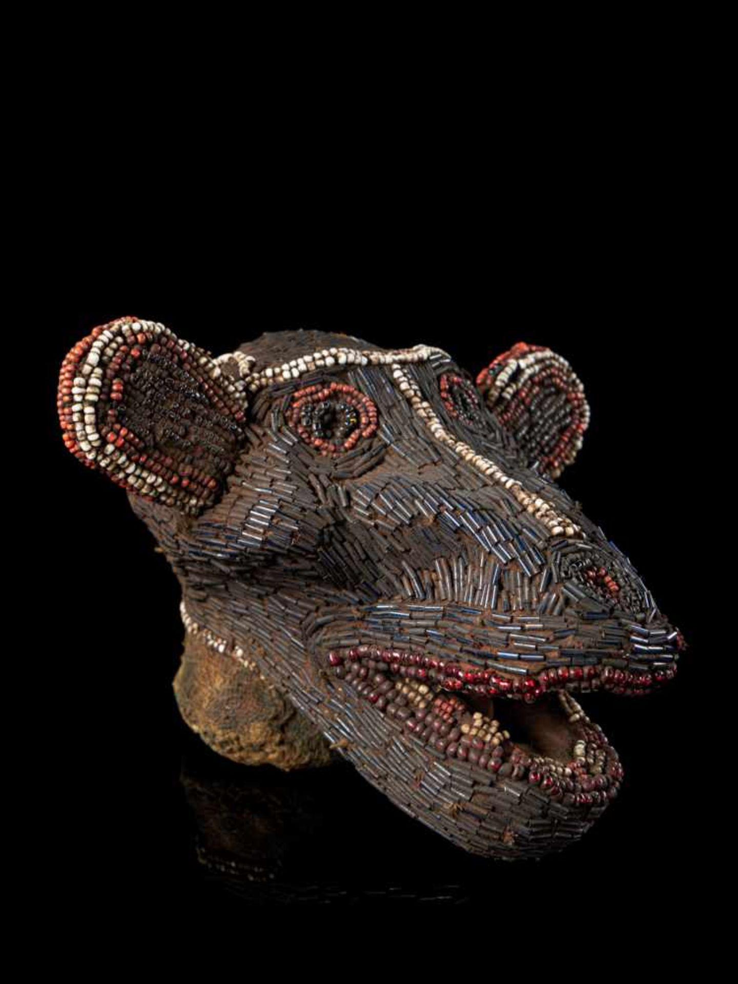 Beaded Monkey Head - Tribal ArtThis beaded monkey head has a striking gaunt appearance. It is - Bild 2 aus 5