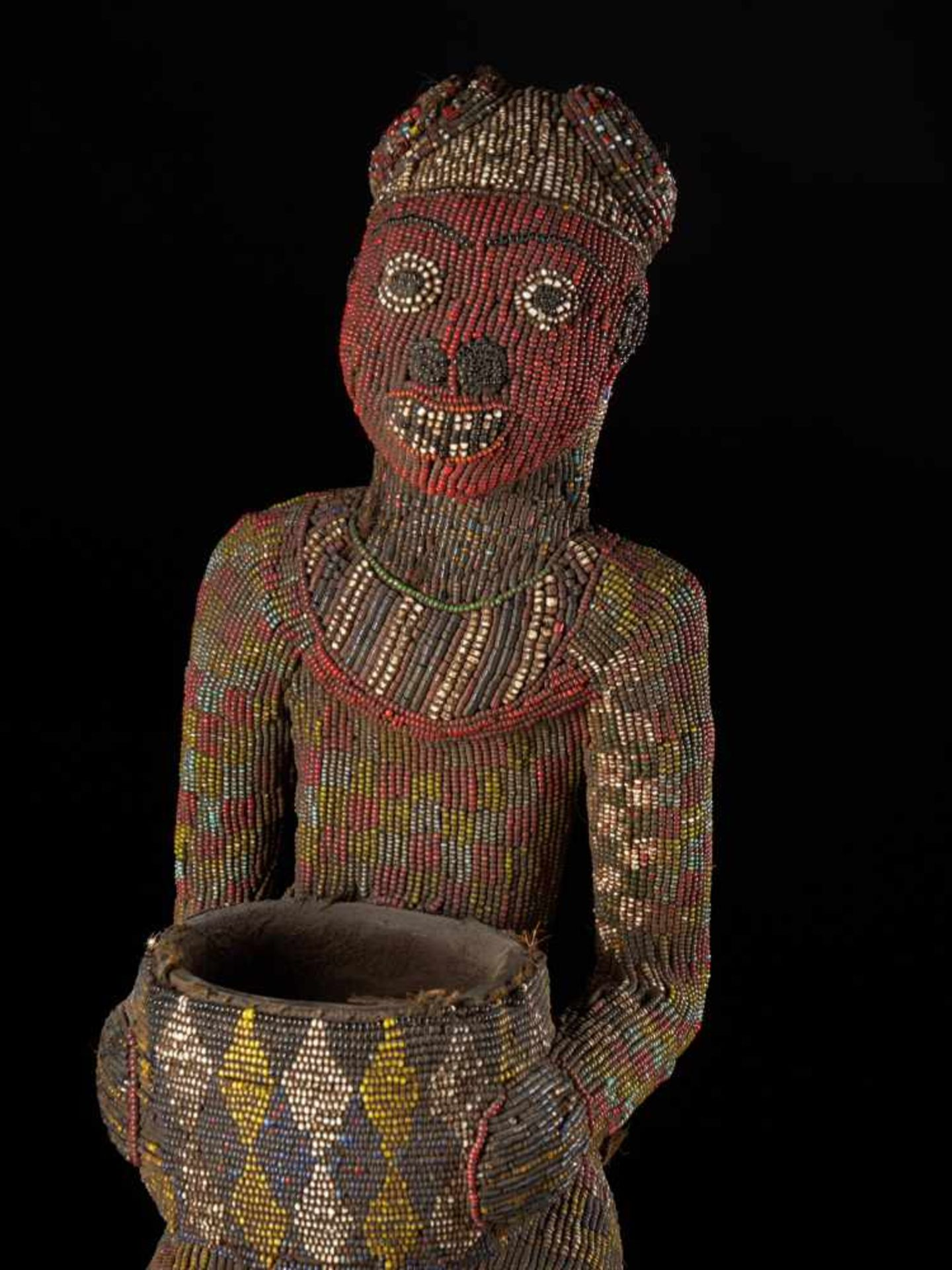 Beaded Figure Of Cupholder - Tribal ArtA beaded figure of a man sitting on a stool, holding a cup. - Bild 5 aus 6