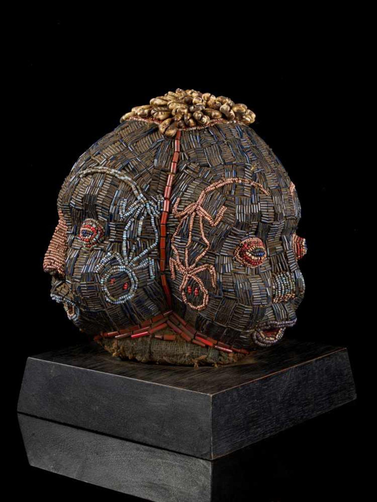 Beaded Triple Head Sculpture Covered With Kauris - Tribal ArtThis beautiful triple-faced head - Bild 5 aus 10
