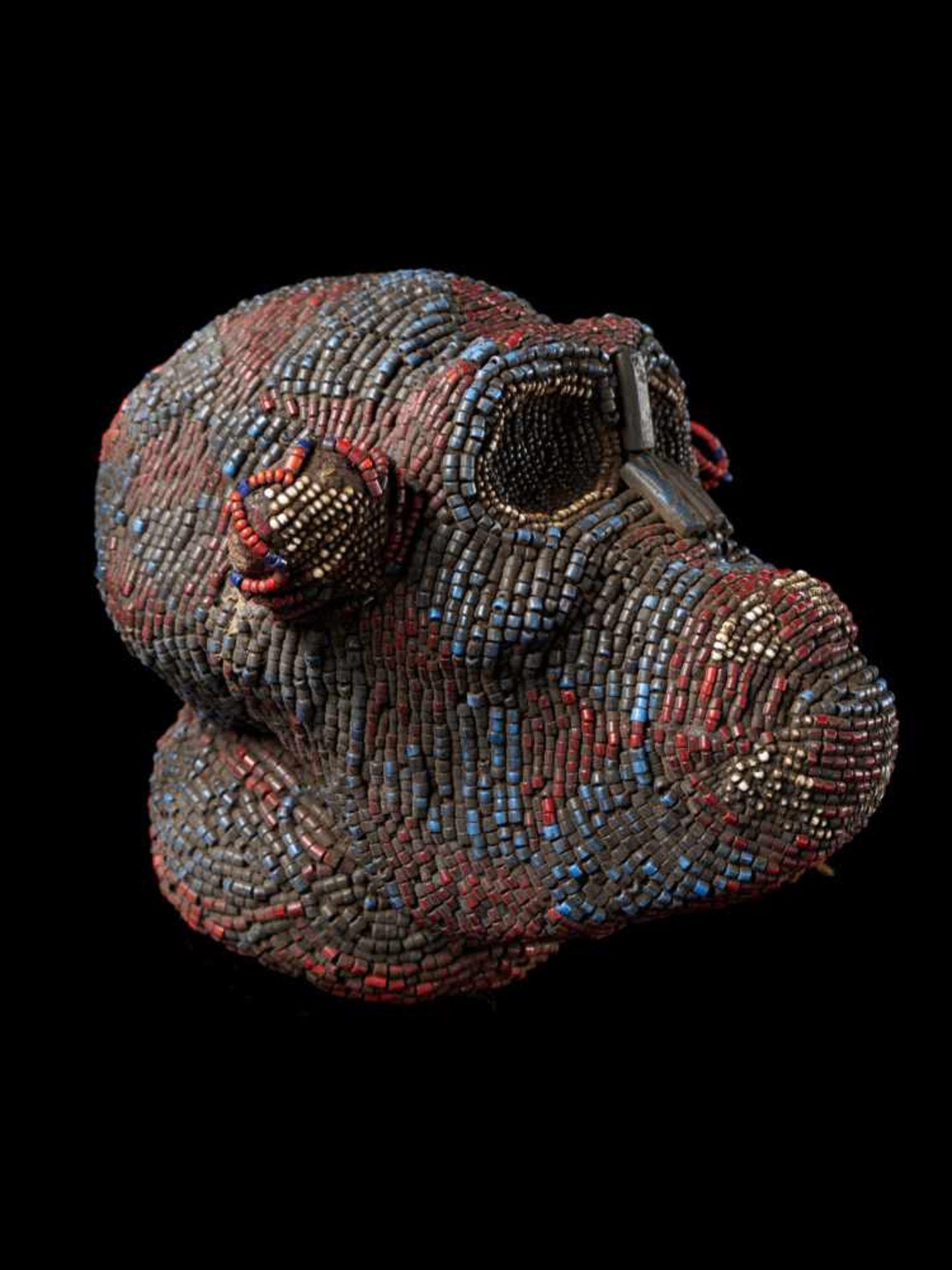 Beaded Monkey Head - Tribal ArtThis beaded monkey head has a striking realistic shape. It is - Bild 2 aus 4