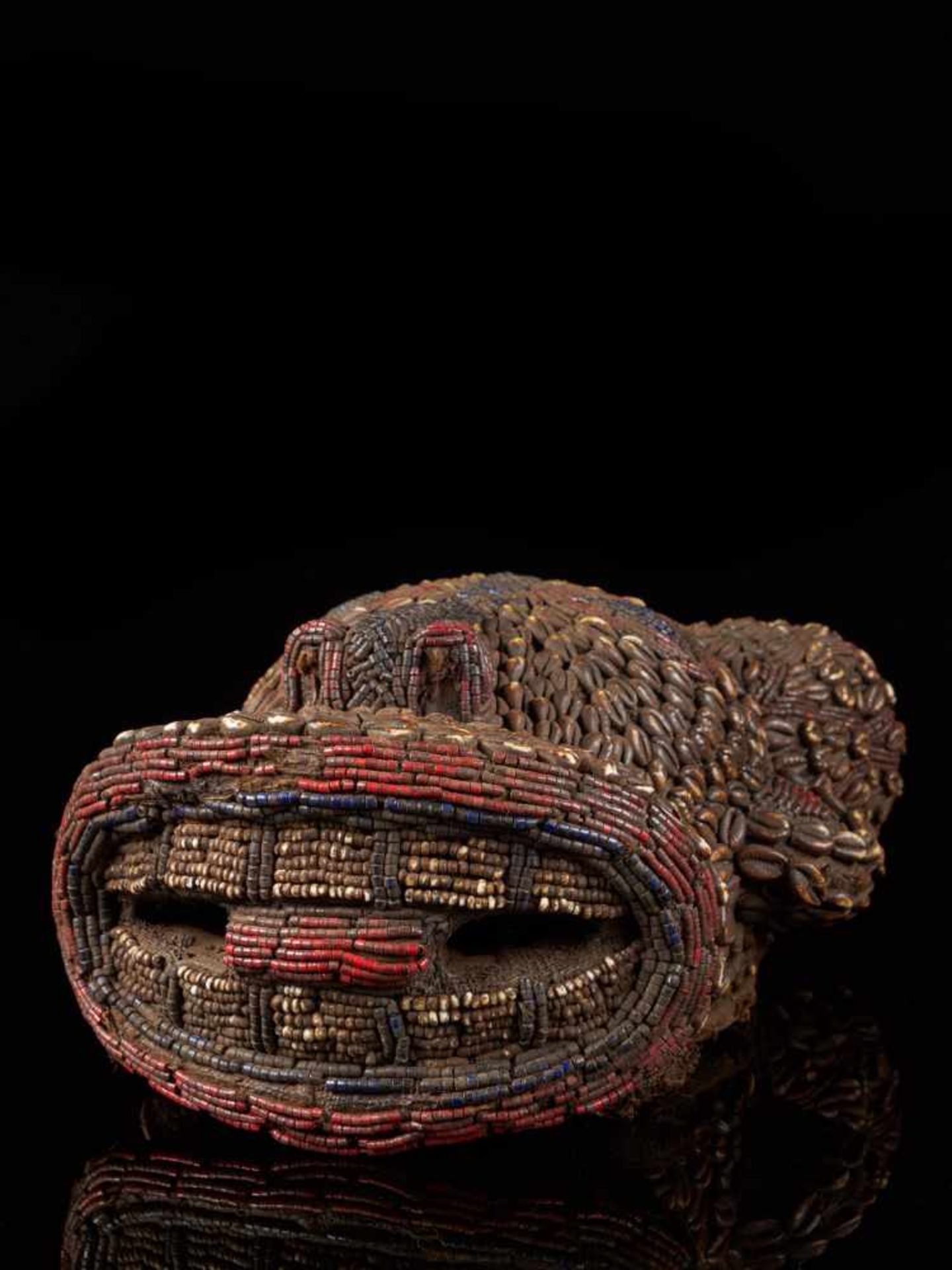 Beaded Ram Dancing Group Mask Covered With Kauris - Tribal ArtAn exquisite mask resembling a ram. - Bild 8 aus 8