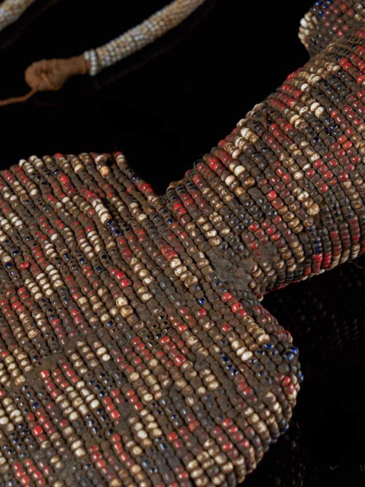 Beaded Ceremonial Flute - Tribal ArtThis intriguing beaded ceremonial flute is covered with a - Bild 4 aus 5