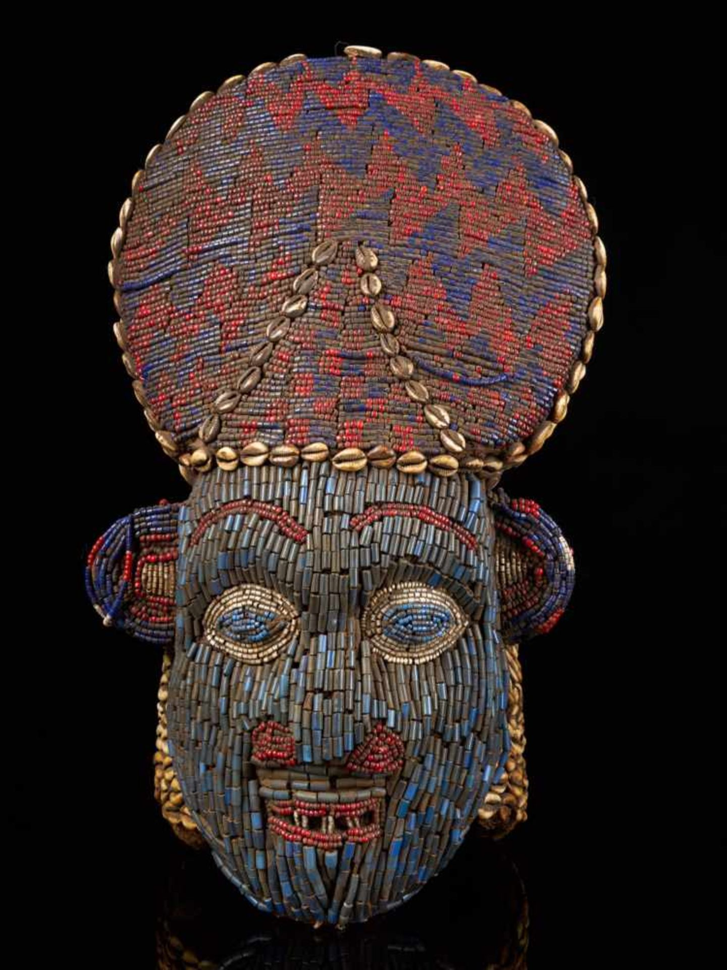 Beaded Red And Blue Helmet Mask And Kauris Decorated Back - Tribal ArtThis striking piece is - Bild 2 aus 5