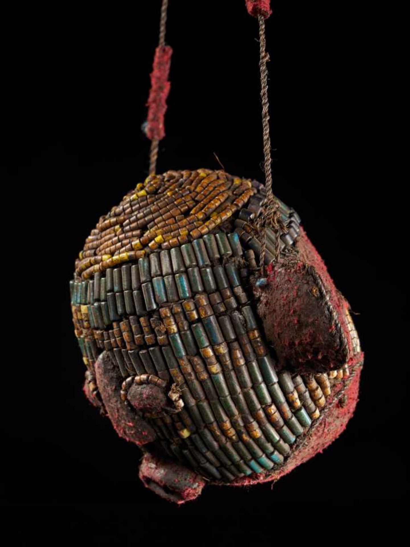Beaded Ceremonial Trophy Head - Tribal ArtFashioned from wood, red cloth and blue and yellow glass - Bild 4 aus 4
