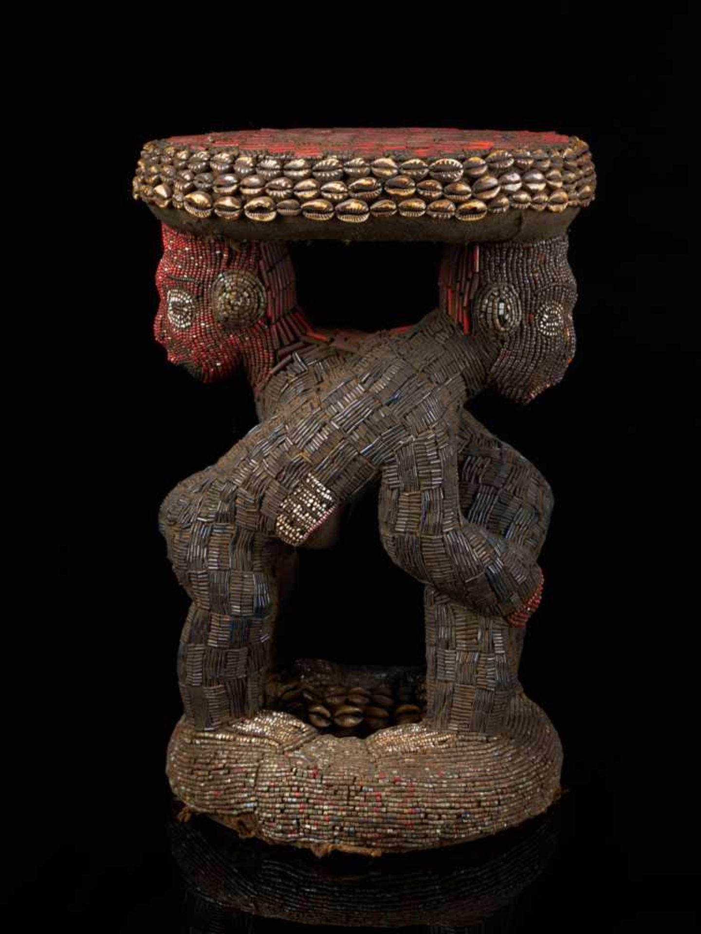 Beaded Royal Stool Supported By Two Figures - Tribal ArtThis exquisite stool has a round base and - Bild 2 aus 5