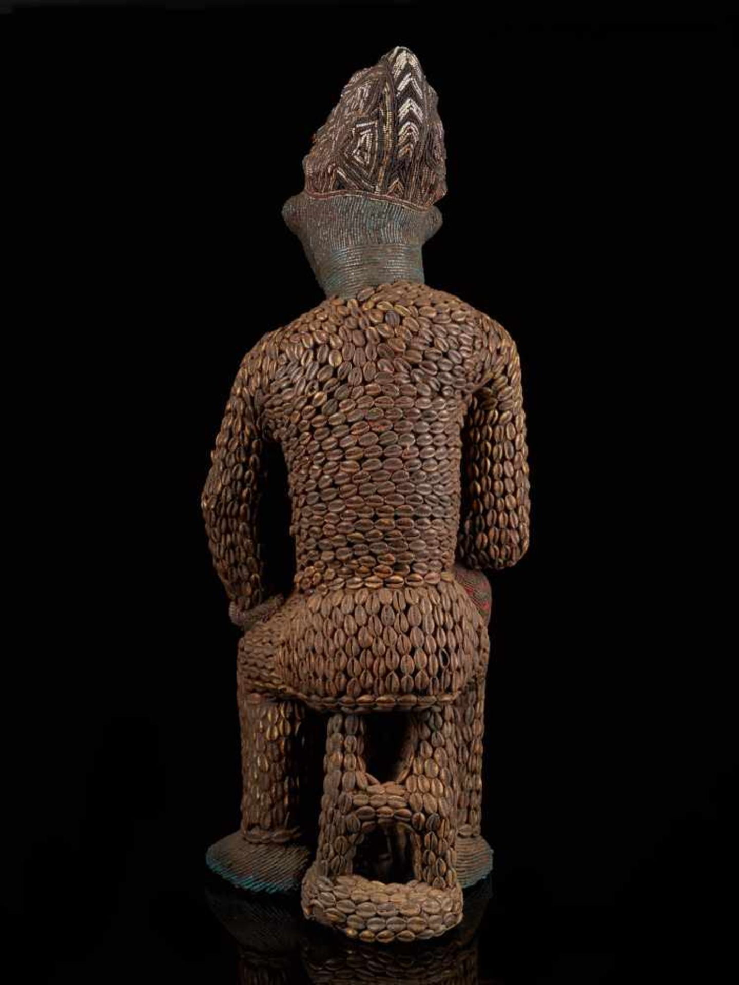 Beaded Royal Figure Holding Wine Vessel - Tribal ArtThis exquisite beaded figure of a man holding - Bild 3 aus 8