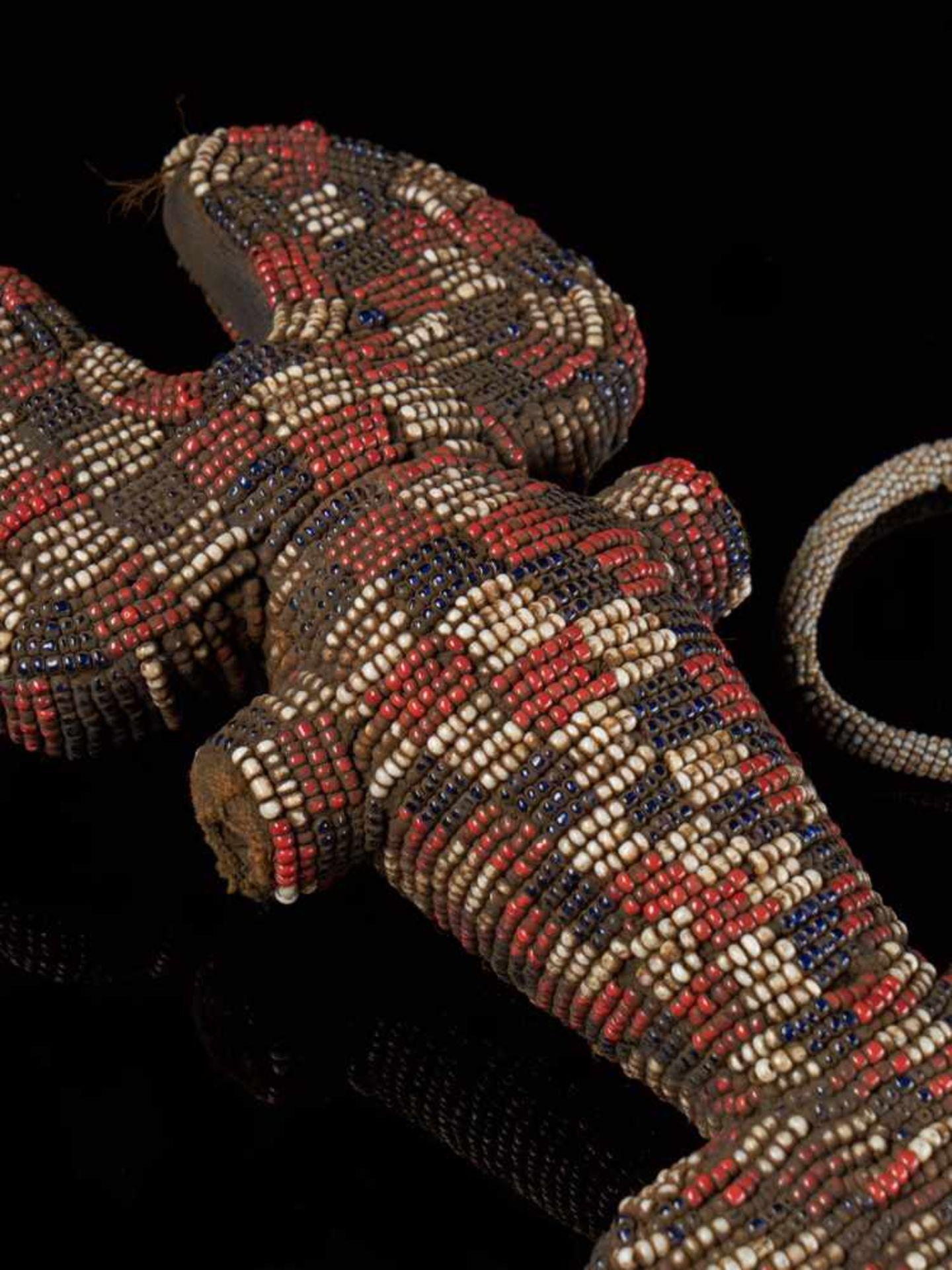 Beaded Ceremonial Flute - Tribal ArtThis intriguing beaded ceremonial flute is covered with a - Bild 2 aus 5