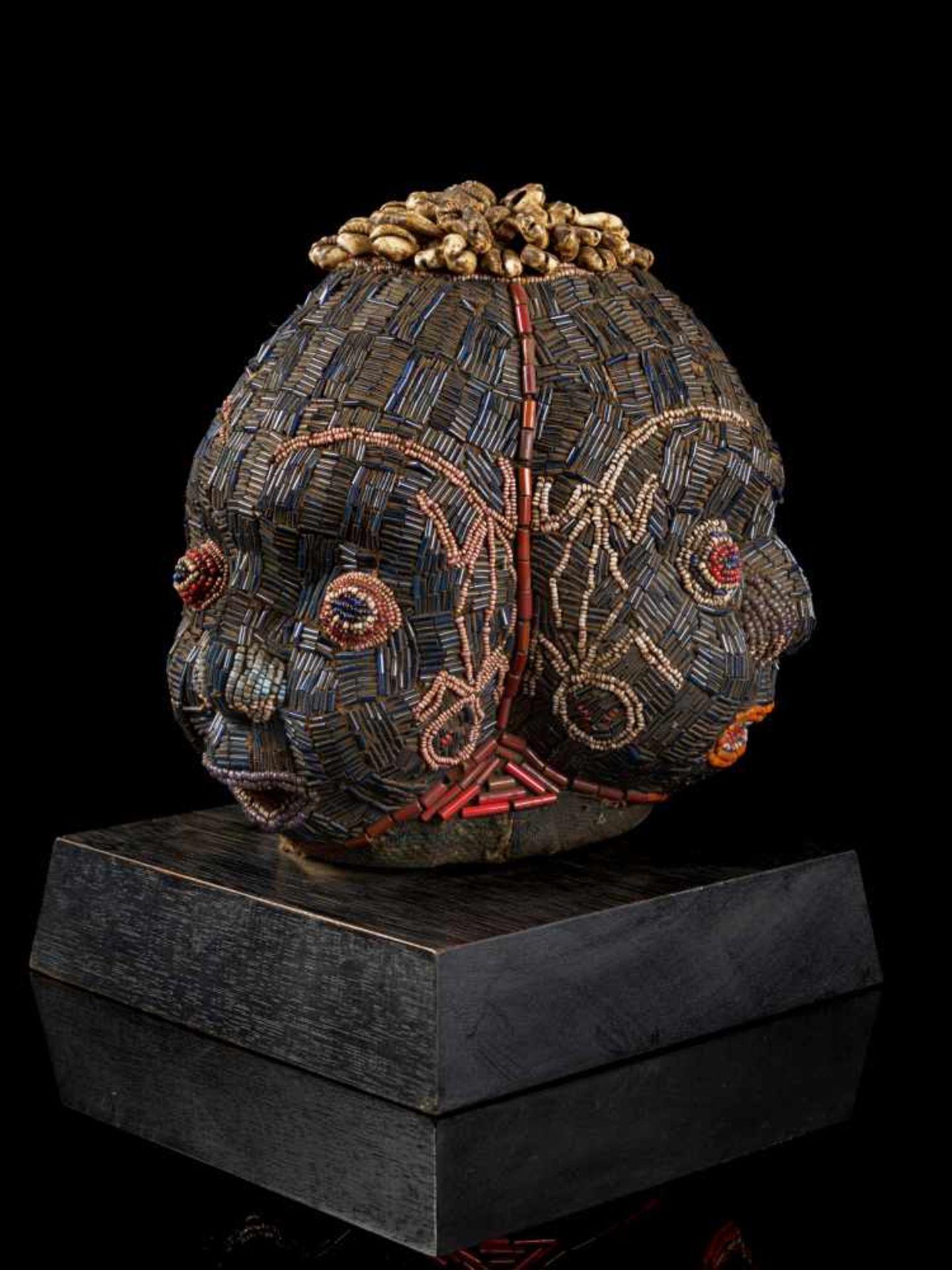 Beaded Triple Head Sculpture Covered With Kauris - Tribal ArtThis beautiful triple-faced head - Bild 7 aus 10