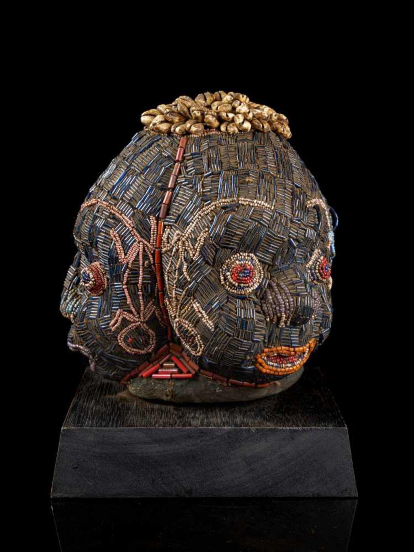Beaded Triple Head Sculpture Covered With Kauris - Tribal ArtThis beautiful triple-faced head - Bild 8 aus 10